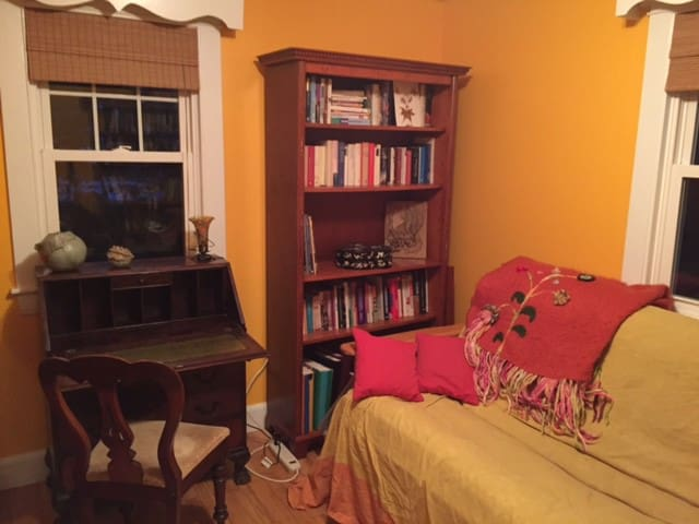 Lovely room in cheerful home - Brunswick - Casa