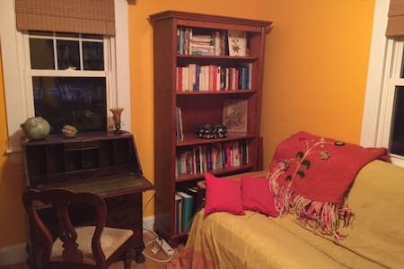Lovely room in cheerful home - Brunswick