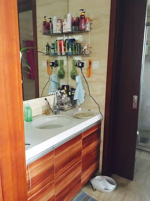 洗手池,旁边的门进去有独立的马桶和淋浴房