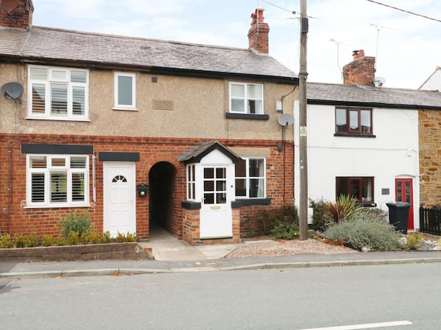 HOLLY COTTAGE, with a garden in Higher Kinnerton, Chester, Ref 992017