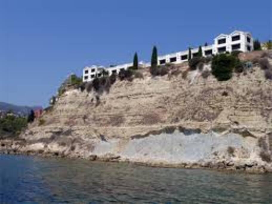 Vista edificio desde la playa