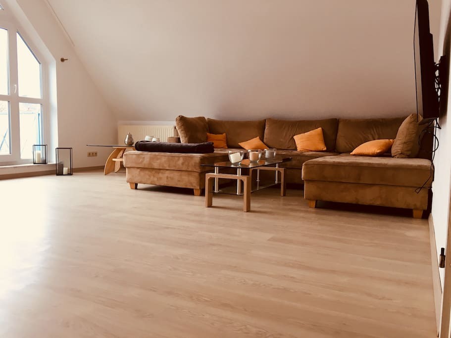 Wohnzimmer (großes Sofa, 4K 49 Zoll Smart TV)
