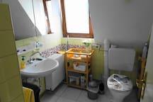 Das alte Bad auf der ersten Etage- WC und Waschbecken