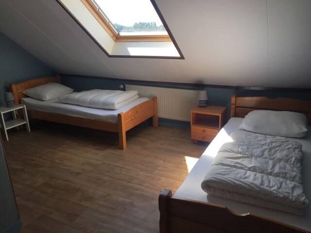 slaapkamer boven met 2 eenpersoons bedden