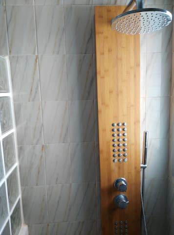 Detalle torre ducha masaje en cuarto de baño primera planta