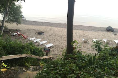 Quaint, Large, Lakefront House - Lexington - Hus