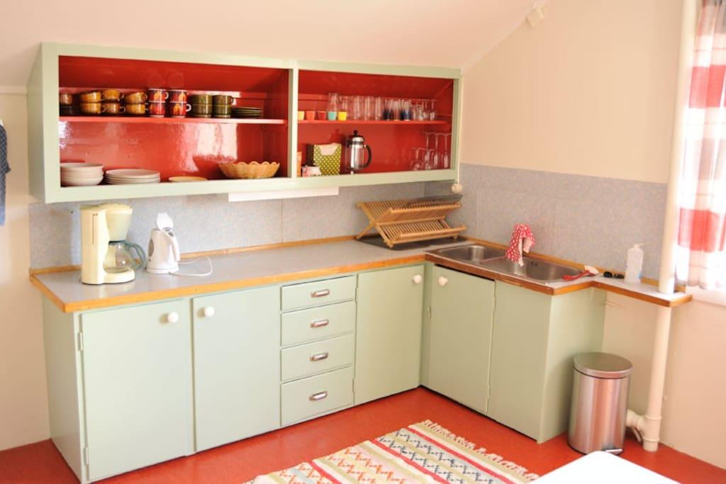 Kjøkkenet har sin orginale kjøkkenbenk fra 50-tallet, men noen moderne bekvemmeligheter som kaffetrakter og vannkoker