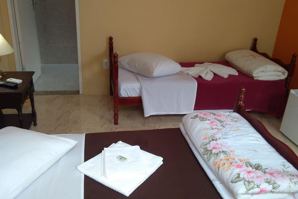 Quarto com cama de casal + solteiro