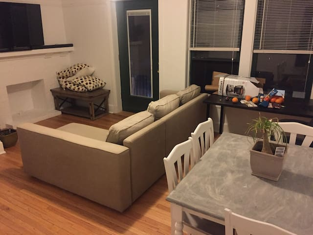 Spacious 1-bedroom apartment in Wrigleyville