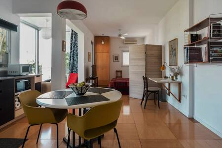 Spacious Studio Apartment on Private Park