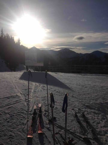 Skiurlaub: Mit dem Auto sind zahlreiche bayerische und österreichische Skigebiete problemlos zu erreichen.