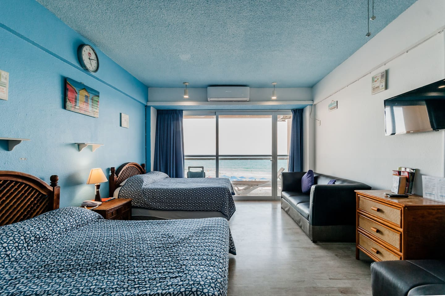 Room with balcony and sea side