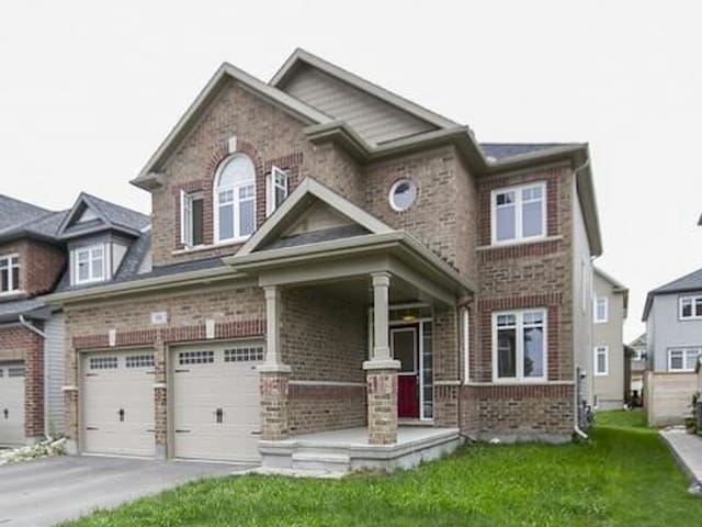 Clean and comfortable room with ensuite in Kanata. - Ottawa - House