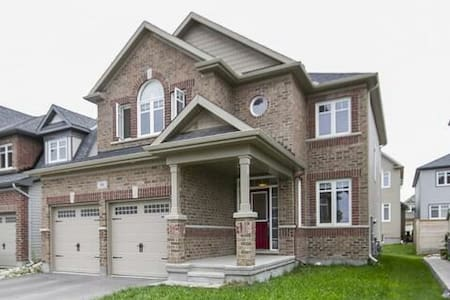 Clean and comfortable room with ensuite in Kanata. - Ottawa - Ház