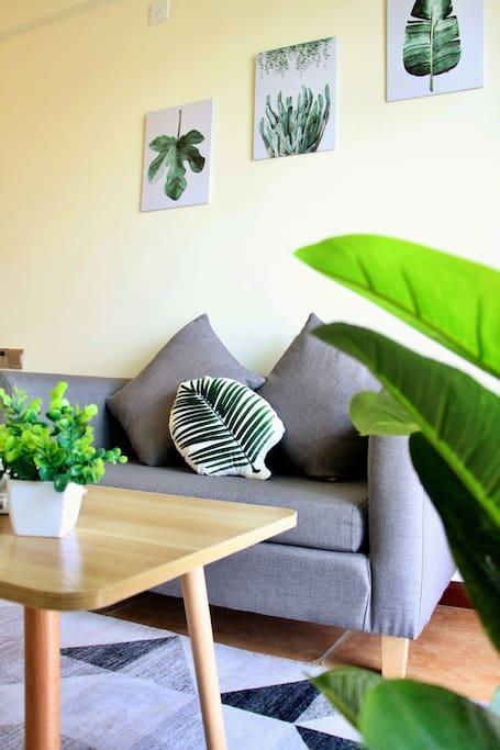 舒适沙发配上清新绿植,尽享嘉陵江畔美景