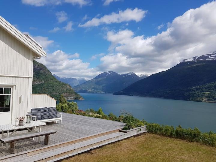 Fantastisk fjord- og fjellutsikt i vakre Stryn