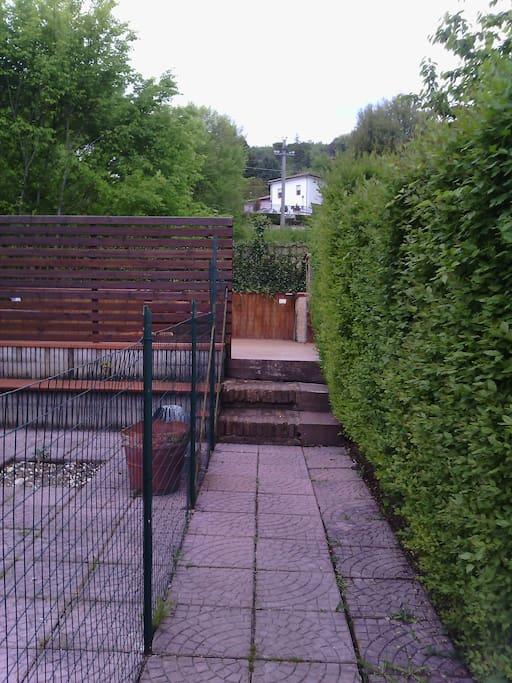 alla quale si accede dal vialetto di accesso al giardino