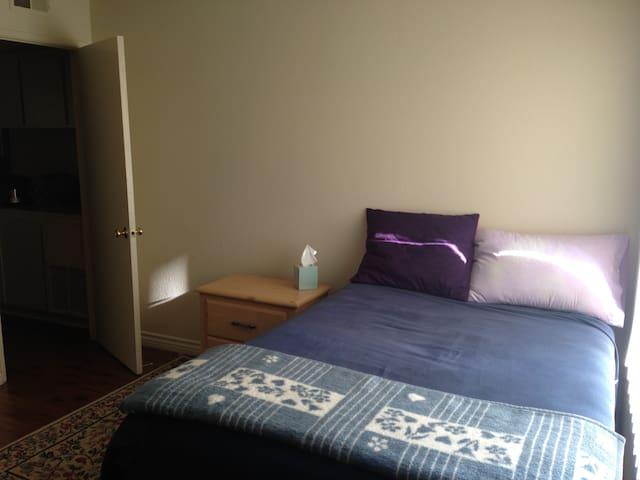 Private Room/Bath Near Pasadena/LA - Azusa - Lägenhet