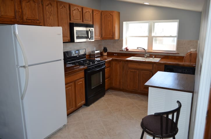 Private Professional 1br apt Jacuzzi WIFI Smart TV - Oswego - Leilighet