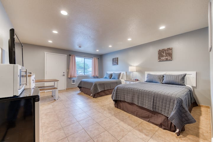 Peaceful dog-friendly studio w/ kitchenette - near the beach & downtown!