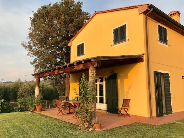 Villetta sulla strada del Vino di Bolgheri.