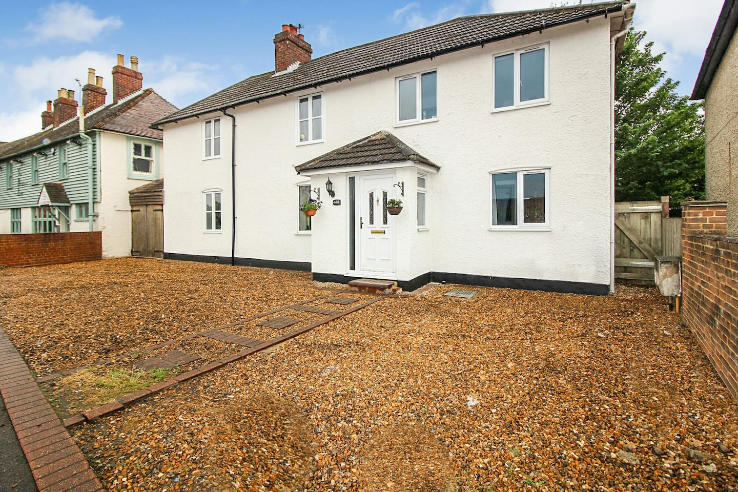 A beautiful character 1700 cottage in the Heart of New Hythe Lane, Larkfield with a large family sized kitchen, lounge/dining rooms and bedrooms. Plenty of parking space to the front and an ample garden to relax in.