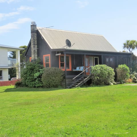 Scotty's Cottage, 100metres from the beach