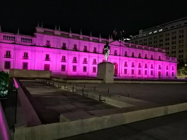 """Palacio Presidencial """"La Moneda"""" a una cuadra"""