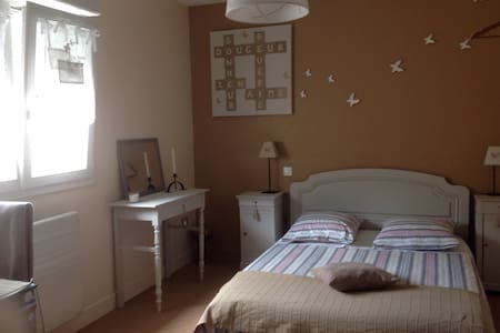 Chambre agréable dans maison entourée de verdure - Boulon