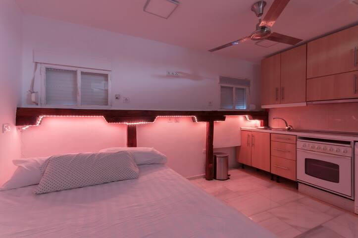 Con iluminación nocturna a base de alogenos , varios tonos de luz