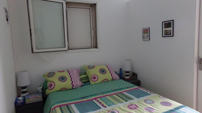 La chambre privative accompagnée de sa salle de bain privative