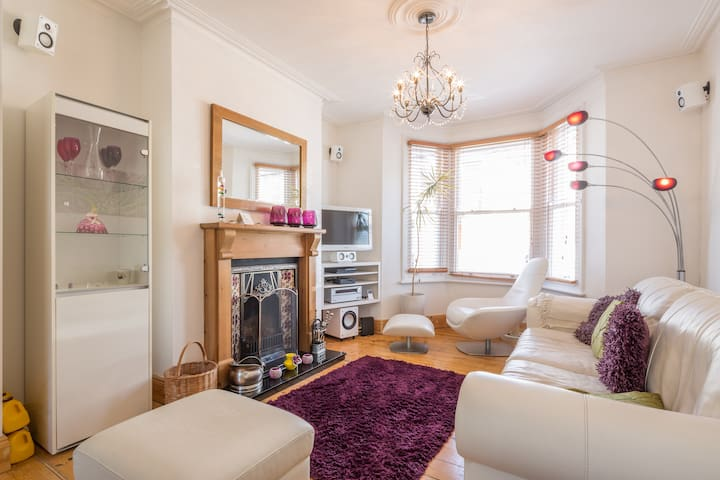 Large Modern En-suite very close to Train Station