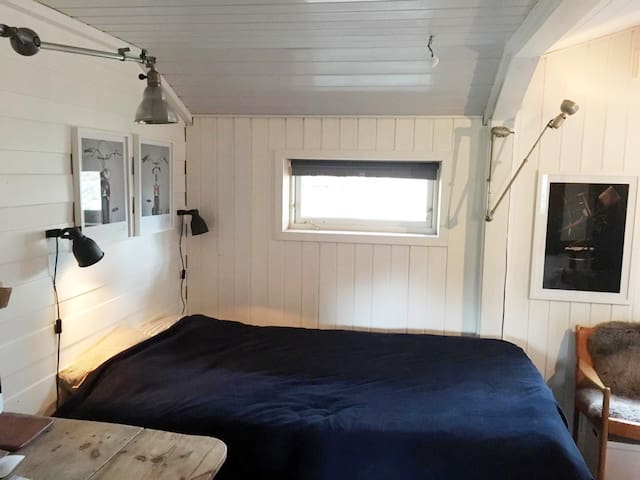 Guestroom with a 120 cm bed.