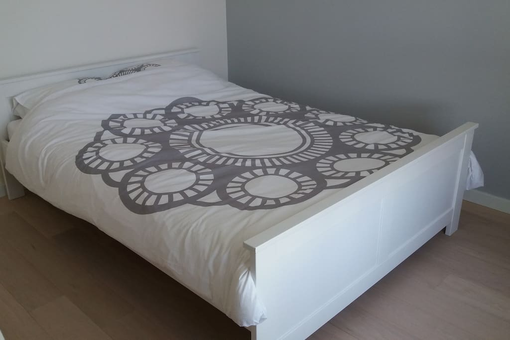 Comfortabel tweepersoonsbed (140cm)