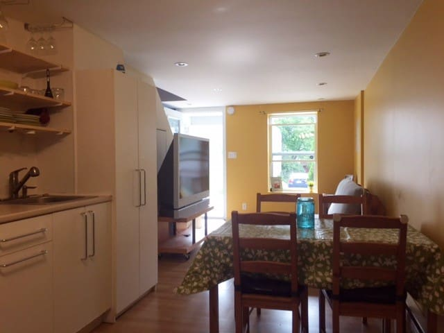 Cozy 2 bedrooms near both downtown areas