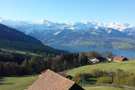Studio mit herrlicher Aussicht auf Berge und See