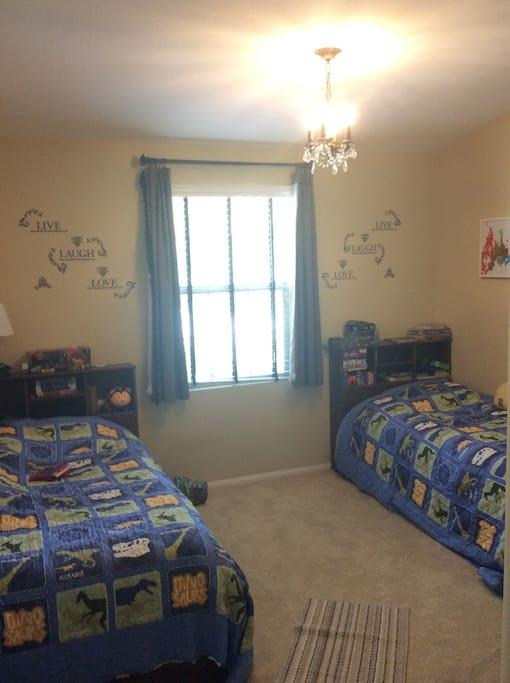 房间内二张床,可供2个人同时居住。也可商量给12岁以下儿童加床一张