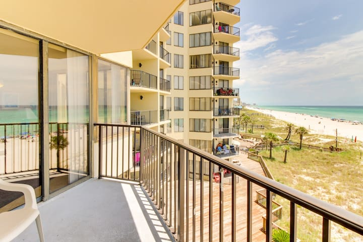 Romantic beachfront getaway w/ views & pool access! Snowbird & family friendly!
