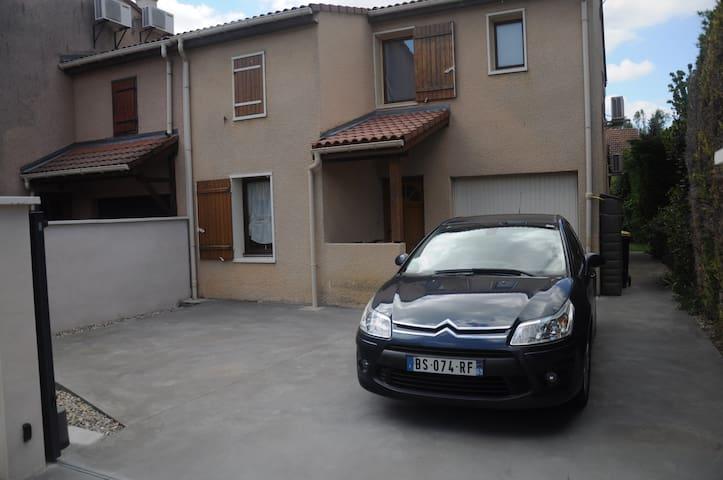 Place pour deux voitures dans la cour
