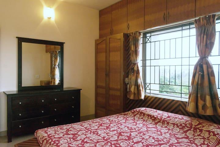 Bedroom 3 with Queen-size Bed