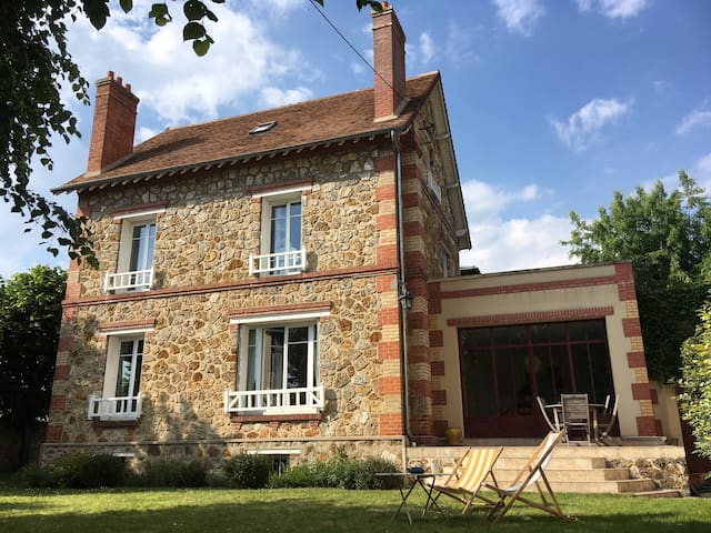 Chambre double dans agréable maison à 15' de Paris