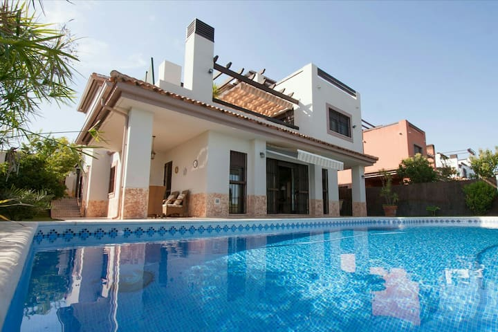 Villa with private pool, very close to Seville ...
