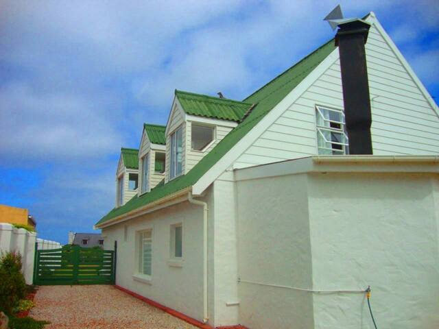 Betty 39 S Bay Beach House With Garden Dip Pool Maisons