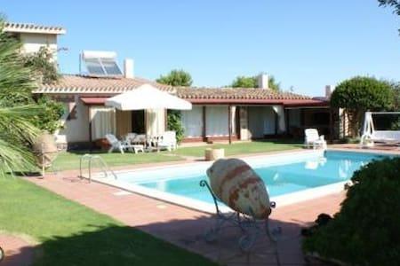 Monolocale di 70 mq con piscina. - Calasetta - Appartement