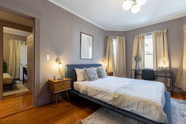 Spacious Queen Room in Savin Hill