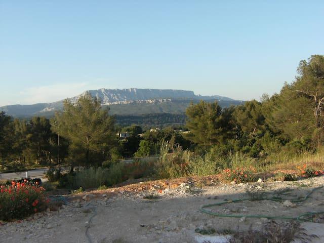 Studio indépendant en colline vue sur Ste Victoire