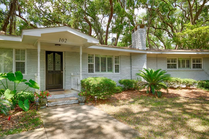 Spacious Island Getaway Minutes From the Beach