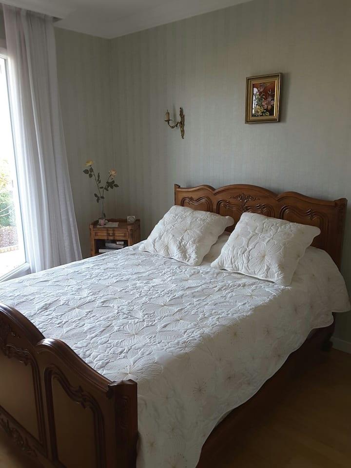 chambre  PRIVEE lit 140. 2 PERS 42€ P. Dej inclus