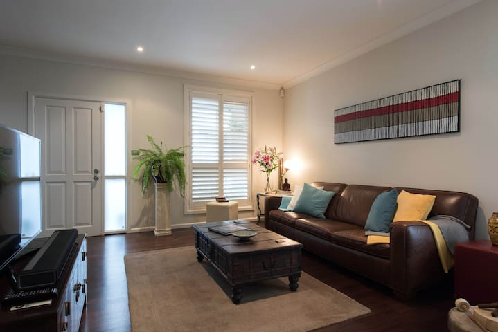 Spacious 2 bedroom home, inner city at its best! - Rozelle