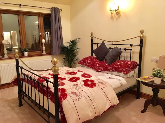 Lovely double room w/ensuite shower - Gloucester  - Huis